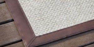 Detalle de una Alfombra tejida con sisal y un remate strong