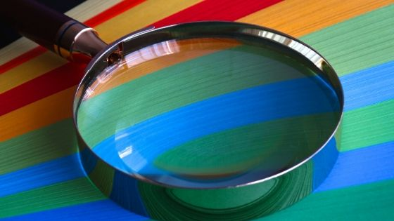 Lupa sobre paleta de colores