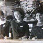 Tres dependientas en el mostrador de Gomex